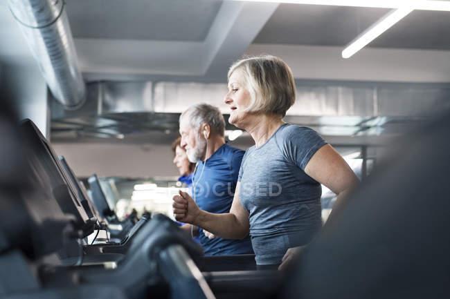 Montare gli anziani sul tapis roulant — Foto stock