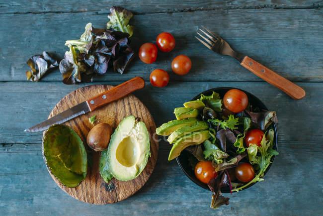 Чаша салат з авокадо — стокове фото
