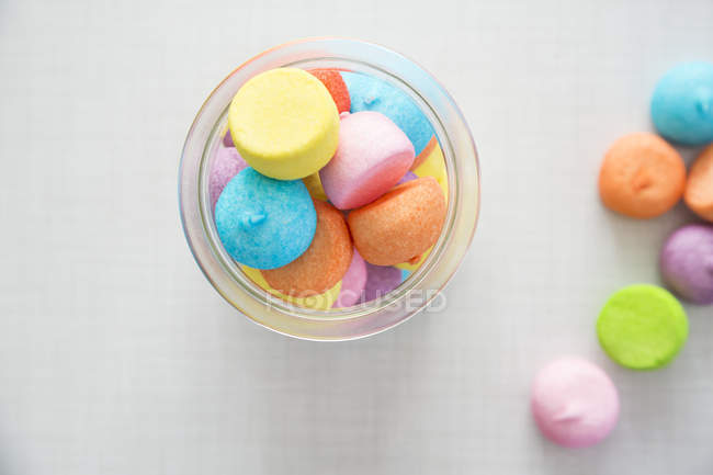 Vidro de marshmallows coloridos — Fotografia de Stock
