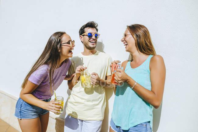 Друзья с освежающими напитками — стоковое фото