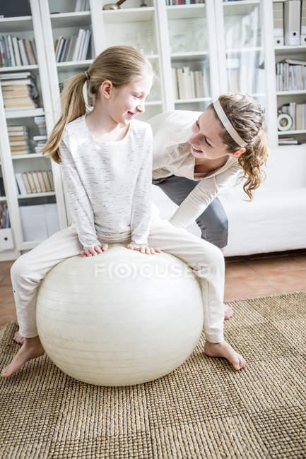 Mutter und Tochter mit Fitness-ball — Stockfoto