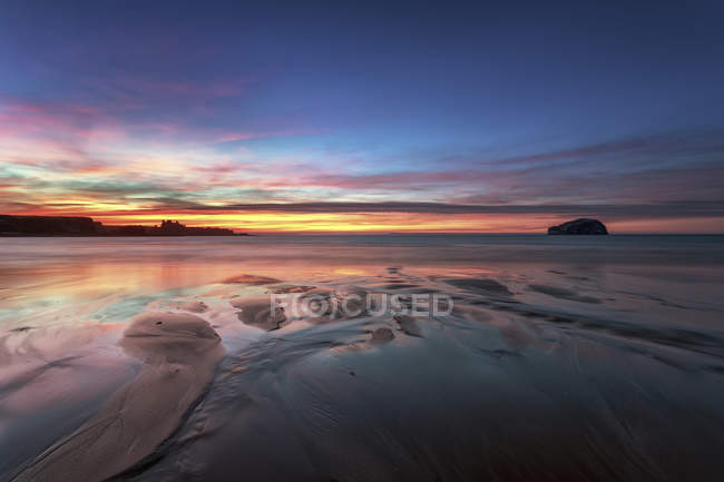 UK, Scotland, East Lothian, Bass Rock and Tantallon Castle at sunset from Seacliff beach — Stock Photo