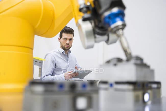 Junger Geschäftsmann Überprüfung automatisierten Produktion — Stockfoto
