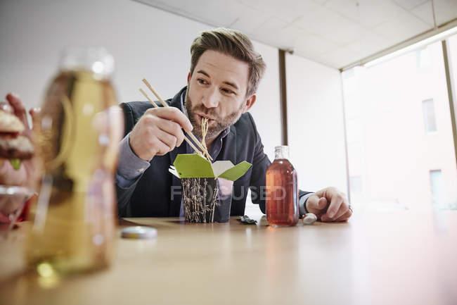 Бизнесмен обедает — стоковое фото