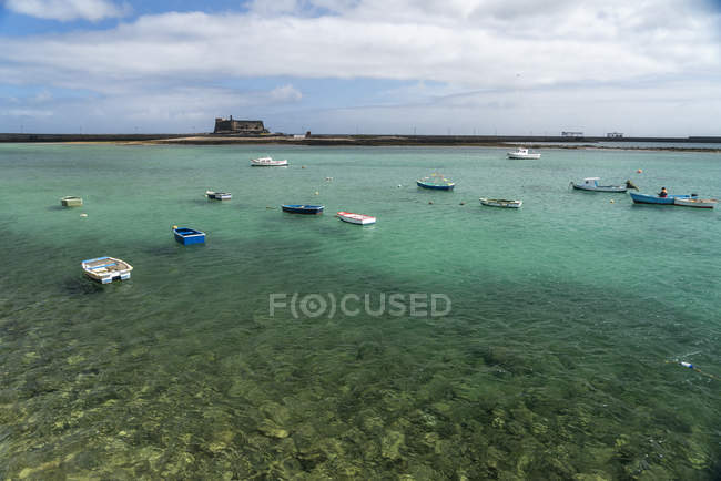 Spagna, Lanzarote, Arrecife, porto peschereccio e il Castello di San Gabriel — Foto stock