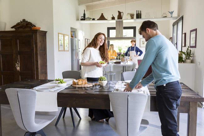 Dos parejas cocinando - foto de stock