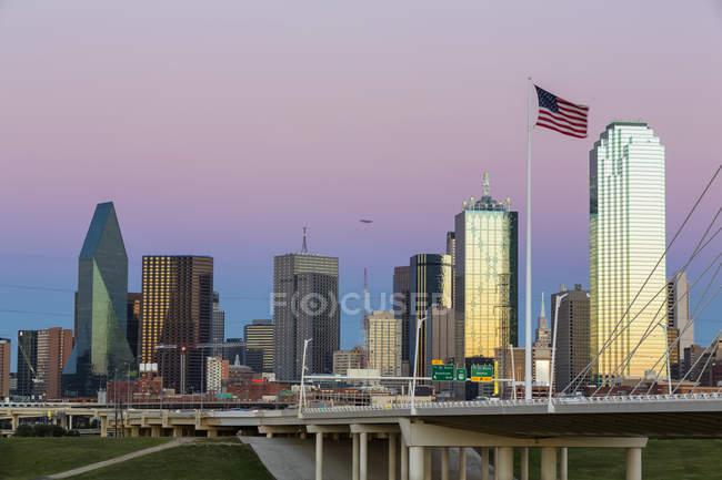 Skyline in Dallas in der Abenddämmerung — Stockfoto