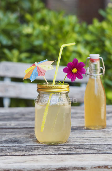Decoración casera limonada de anciano - foto de stock