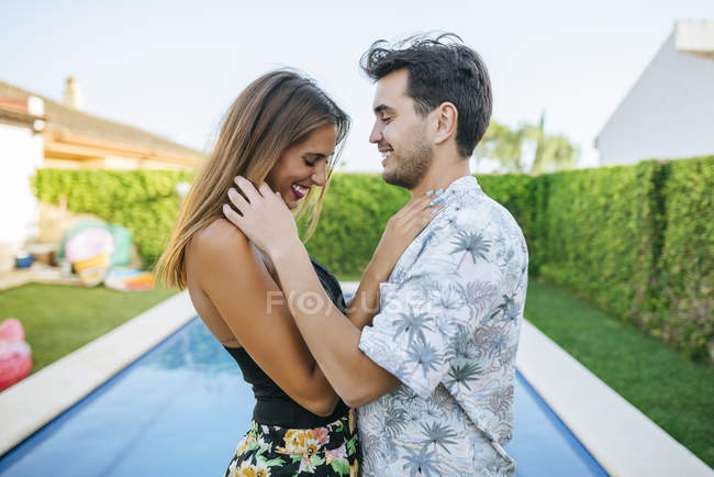 Happy couple at poolside — Stock Photo