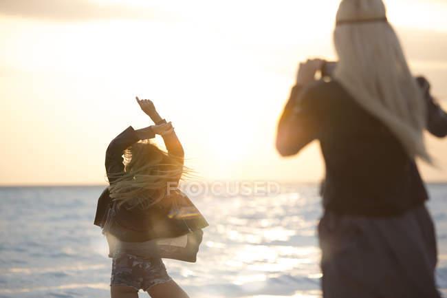Freunde Fotografieren am Strand — Stockfoto