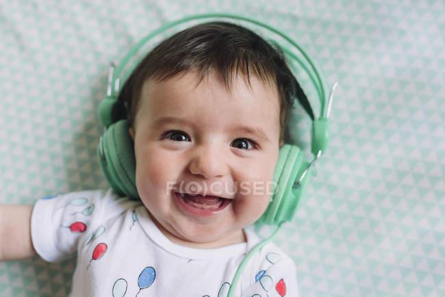 Mädchen mit Kopfhörer — Stockfoto