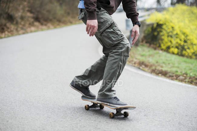 Homme de patinage sur route — Photo de stock
