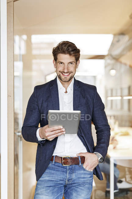 Empresário usando tablet no escritório — Fotografia de Stock