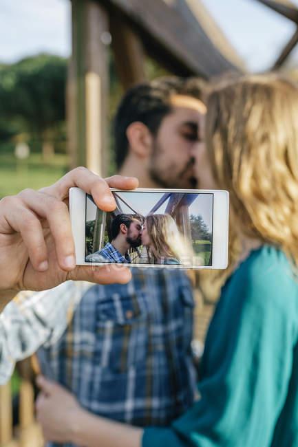 Junges Paar unter Selfie küssen — Stockfoto