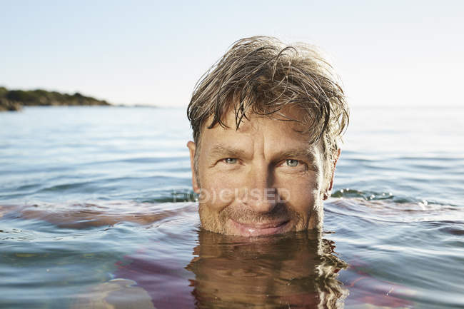 Man bathing in sea — Stock Photo