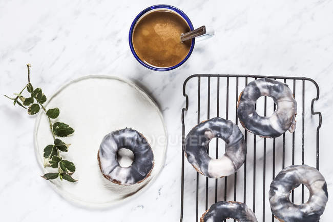 Ciambelle fatte in casa di marmo-smaltato — Foto stock