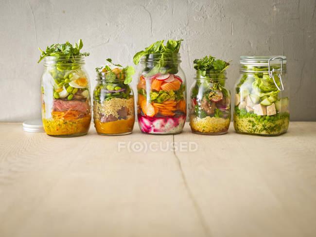 Сохранение баночки с салаты — стоковое фото