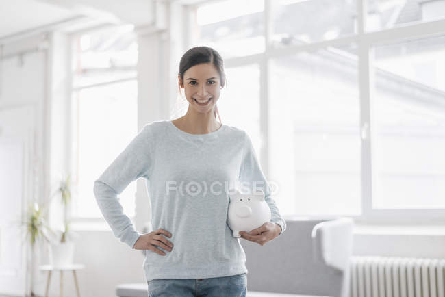 Frau holding piggy bank — Stockfoto