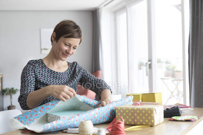 Frau Verpacken Geschenke — Stockfoto