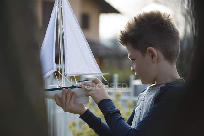 Хлопчик з човник — стокове фото