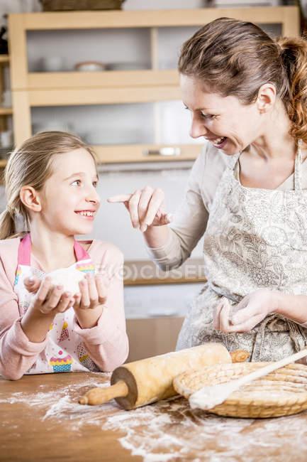 Mutter und Tochter beim Brotbacken — Stockfoto