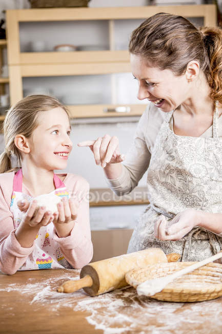 Madre e hija horneando pan - foto de stock