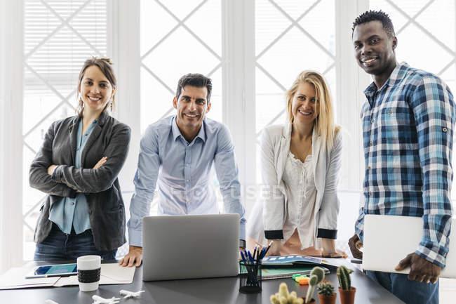 Команда з зустрічі в офісі — стокове фото