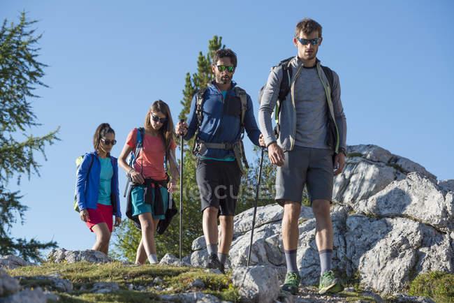 Trekking con gli amici nelle Dolomiti — Foto stock