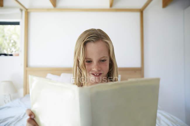 Kleines mädchen liest buch — Stockfoto