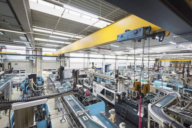 Tienda de fábrica, moldeo por sección en el interior - foto de stock