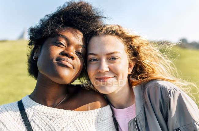 Porträt von zwei beste Freundinnen — Stockfoto