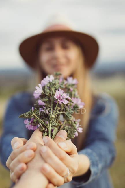 Рука подання жінка взяла квіти — стокове фото