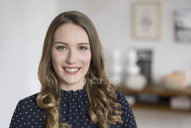 Усміхається жінка дивиться в камеру — стокове фото