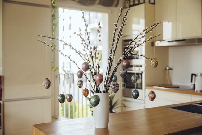 Пасхальні яйця висить на гілках як Декоративна композиція для Великодніх свят — стокове фото