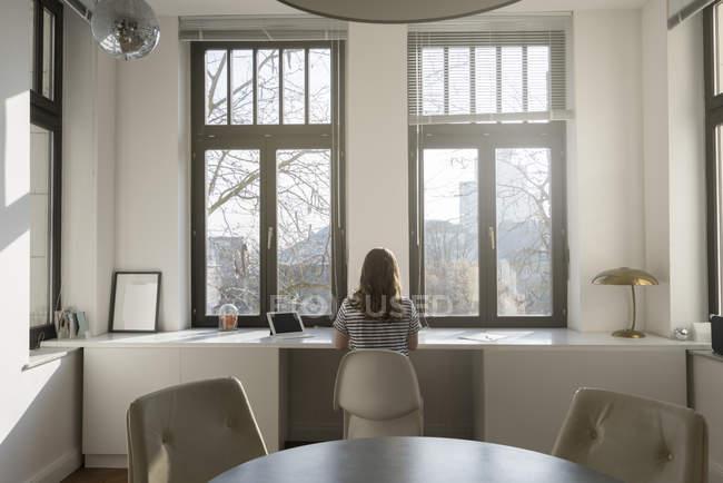 Жінка за допомогою планшетного ПК — стокове фото