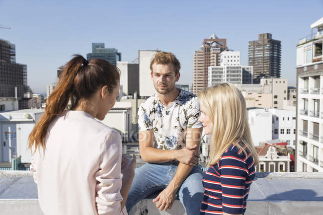 Друзі, зустріч на терасі на даху — стокове фото