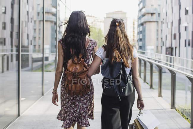 Жінки з сумками ходьба в місті — стокове фото