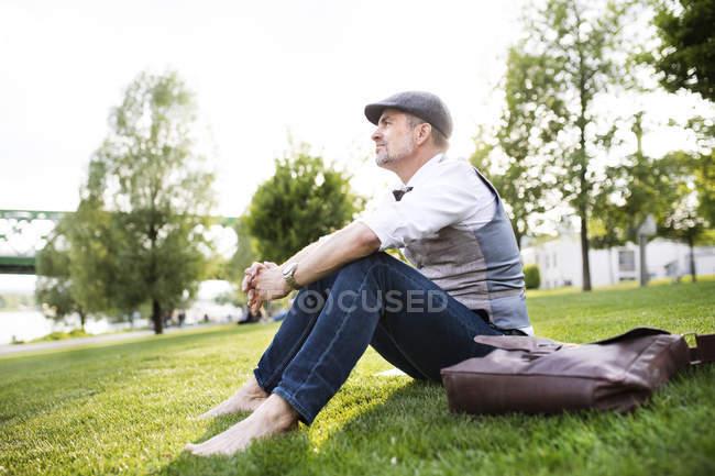 Бізнесмен, сидячи на траві — стокове фото