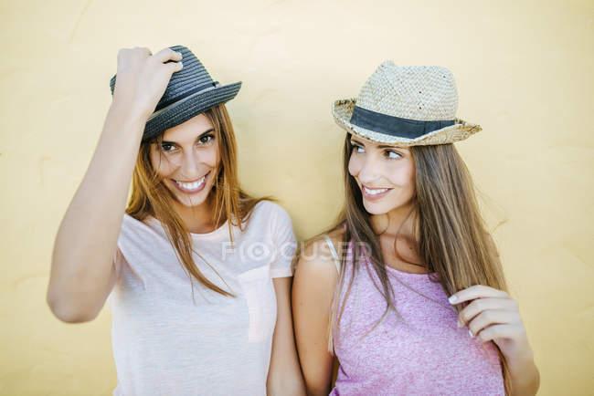 Два усміхнених жінок носінні шапки — стокове фото