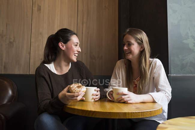 Deux amis heureux dans le café — Photo de stock
