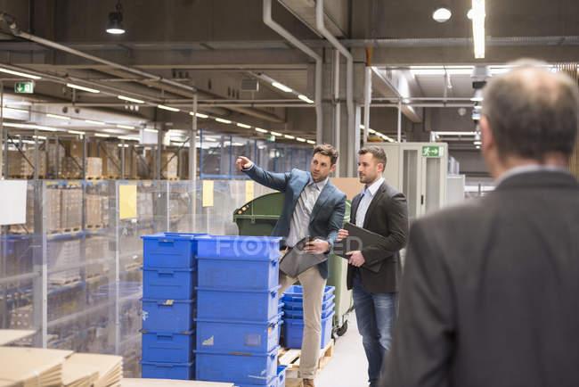 Hommes d'affaires permanent en usine — Photo de stock