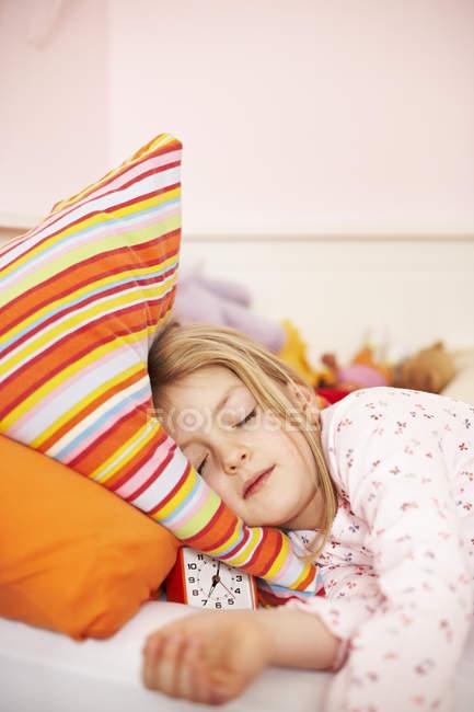Schlafendes Mädchen mit Wecker — Stockfoto
