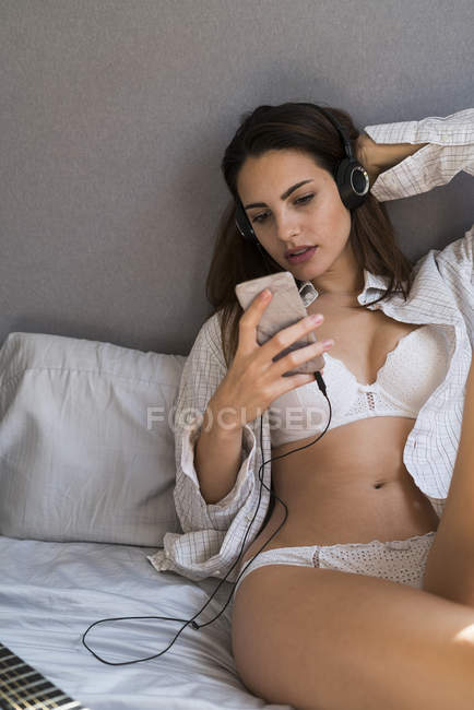 Frau mit Handy Musik hören — Stockfoto