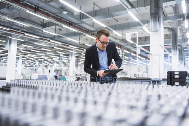 Man looking at products — Stock Photo