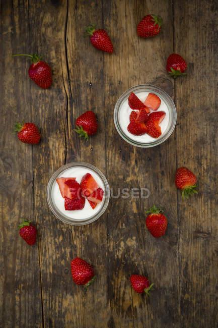 Yogurt greco con fragole — Foto stock