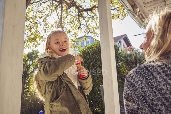 Щаслива дівчина з матір'ю — стокове фото