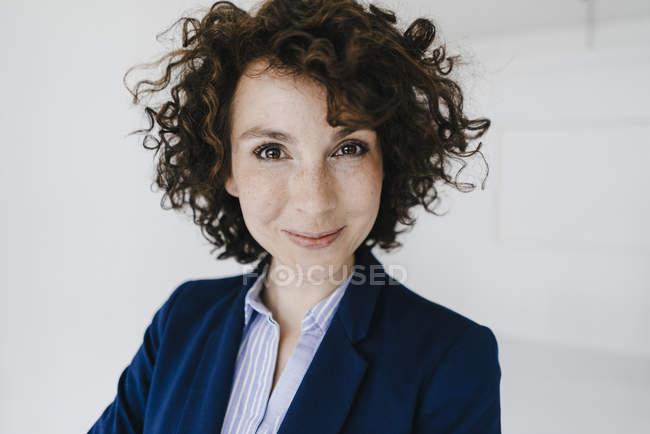 Портрет усміхнений бізнес-леді — стокове фото