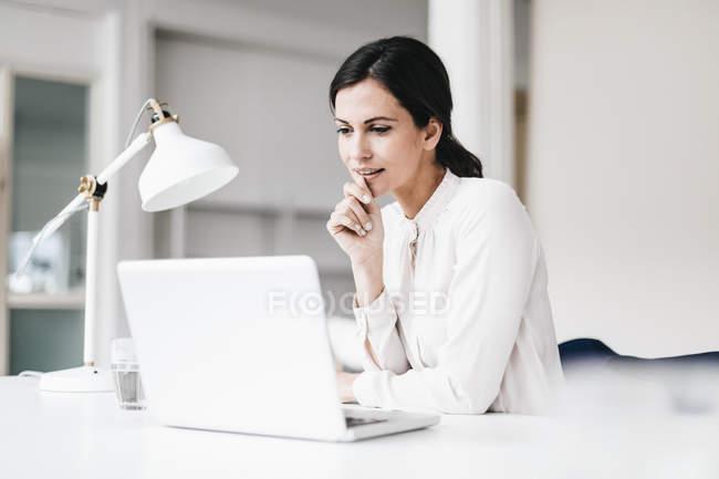 Бізнес-леді за допомогою ноутбука — стокове фото
