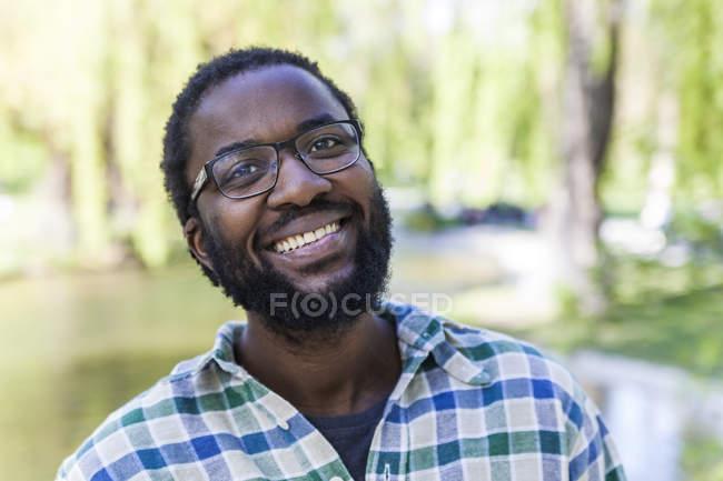 Людина з бородою і окуляри — стокове фото