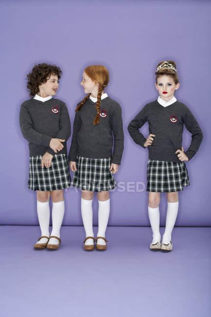 Jeunes filles portant l'uniforme scolaire — Photo de stock